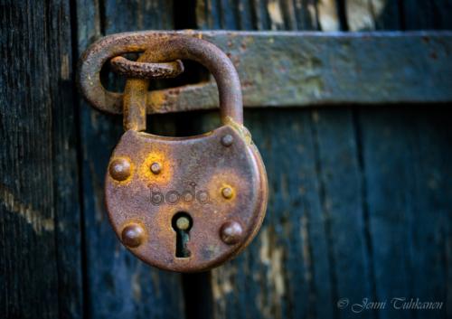 129 Rusty padlock